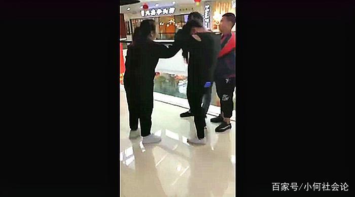 母亲带孩子商场捉奸殴打小三,父亲拼死阻拦欲动手被儿子放倒在地