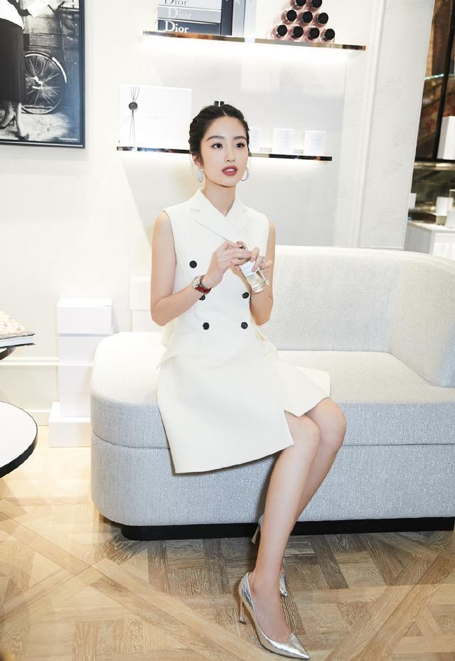 原创             杨采钰气质绝了,一件白衬衫穿出高级韵味,比周韵还厉害!