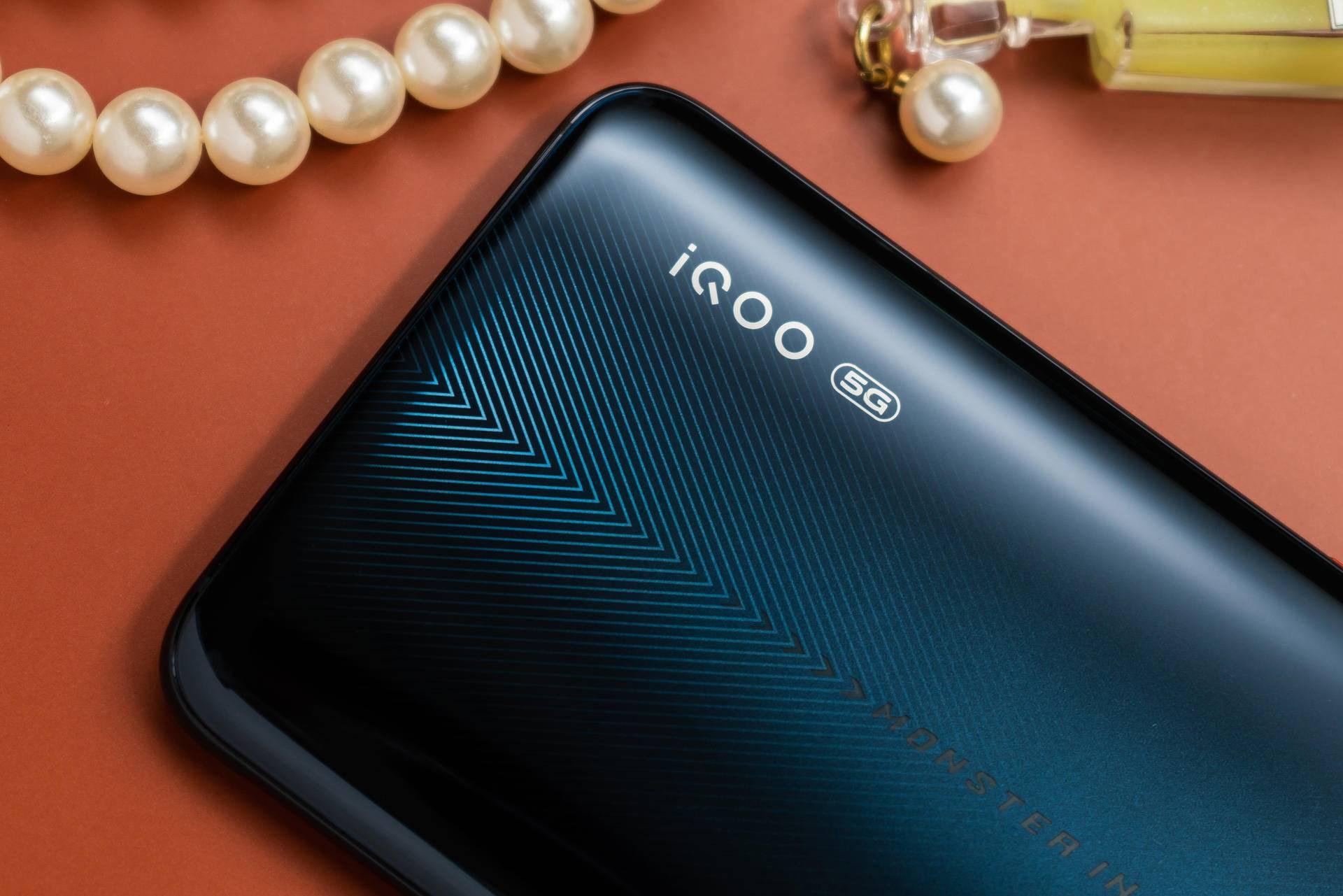 深邃与炫酷并存的配色iQOO Pro 5G版让你一秒穿越赛车场
