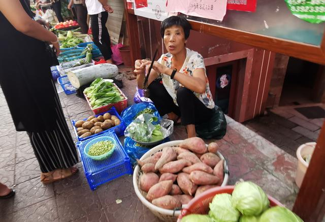 原创             三沙农民用时间差卖菜,逐渐退却小巷里,但他们卖的菜真新鲜便宜