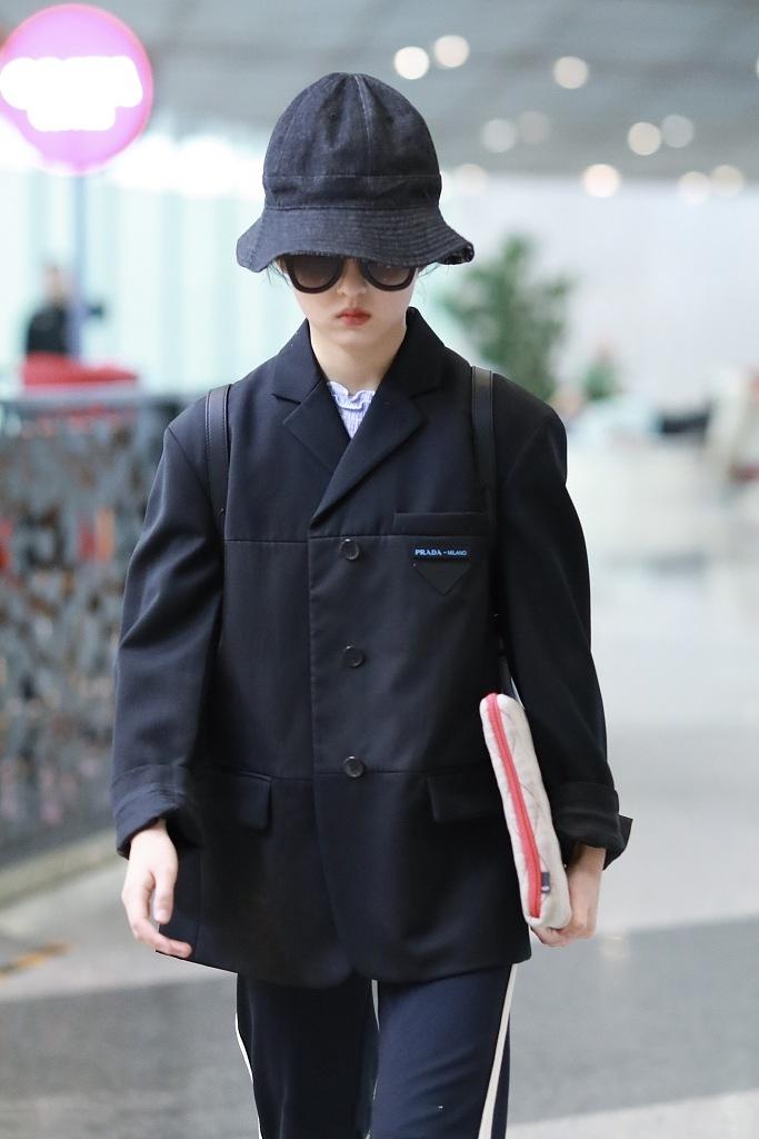 张子枫一改元气变高冷,穿黑西装俨然大佬出街,18岁妹妹越发成熟