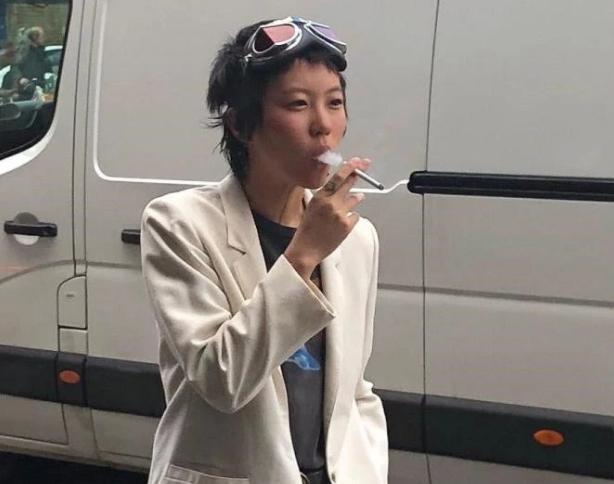 皇冠真人赌场王菲女儿抽烟照片,年纪不大抽烟动作相当娴熟