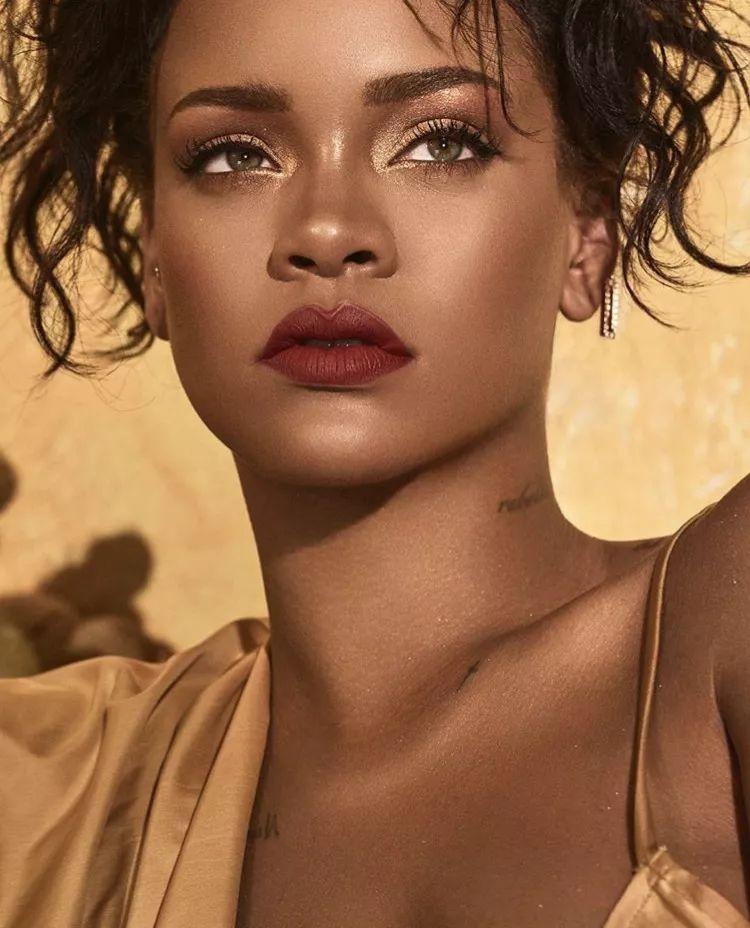 懂商业能赚钱就是不发歌的Rihanna,告诉我们什么叫胸部觉醒!_女性