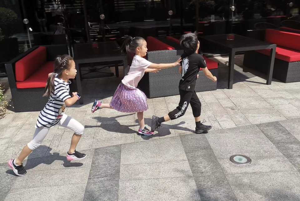 黄奕女儿黄芊玲外出游玩,裙装淑女裤装利落,6岁就有一身好才艺