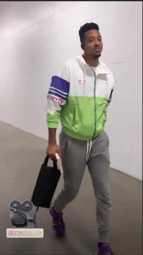 """CJ身穿印有""""中国""""二字外套 面带笑容抵达球馆"""