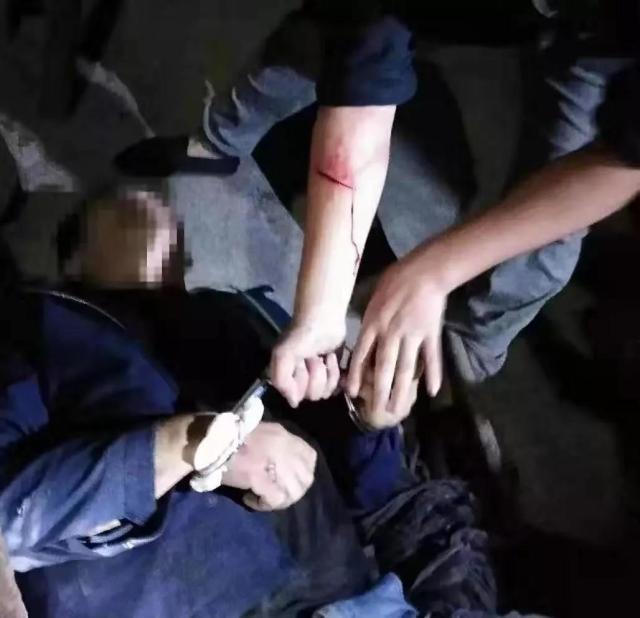 真英雄!民警负伤追毒贩数公里将其制服抓获