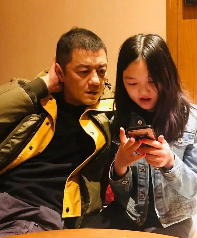 """王菲13岁""""兔唇女儿""""李嫣被网友晒出逛夜店"""