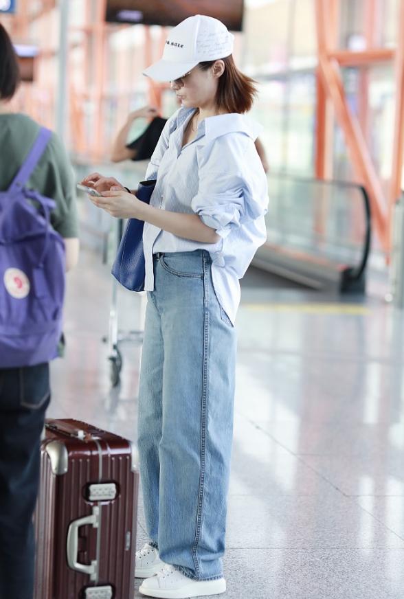 原创             44岁蒋勤勤穿衬衫减龄似少女,素颜出镜肌肤光滑,气场不输模特