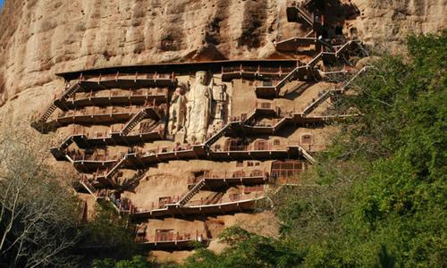 犹如麦垛的142米山峰,泥塑、石刻造像竟有7800多尊