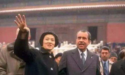 美国总统首次访华细节曝光,尼克松亲自为周总理脱下大衣