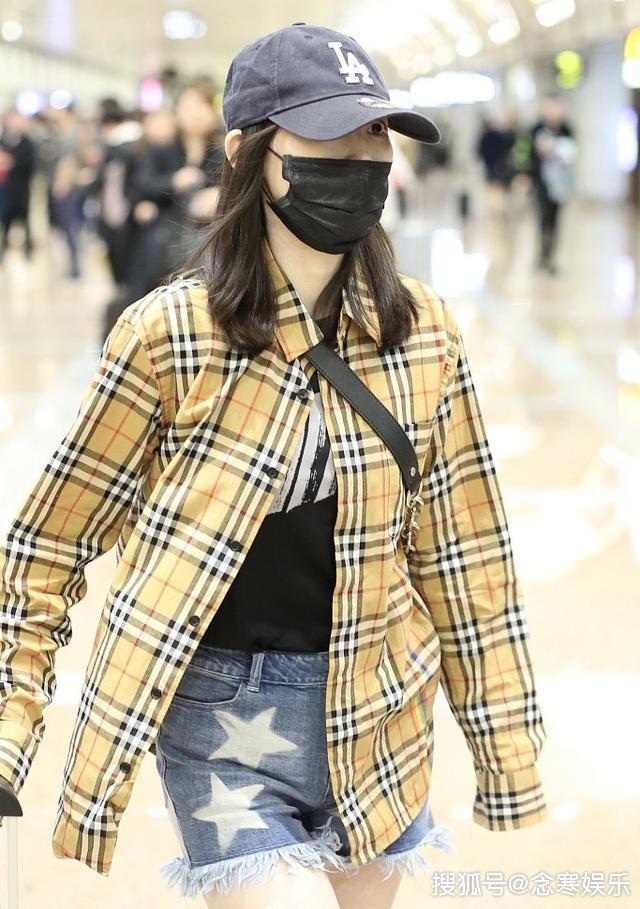 马蓉乘坐深夜航班返京,穿扮火辣不惧寒冷,四处张望疑等新欢接机