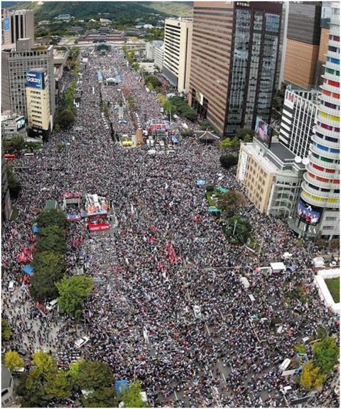 文在寅扛不住了?300万民众占领韩国大街小巷,要求他下台!