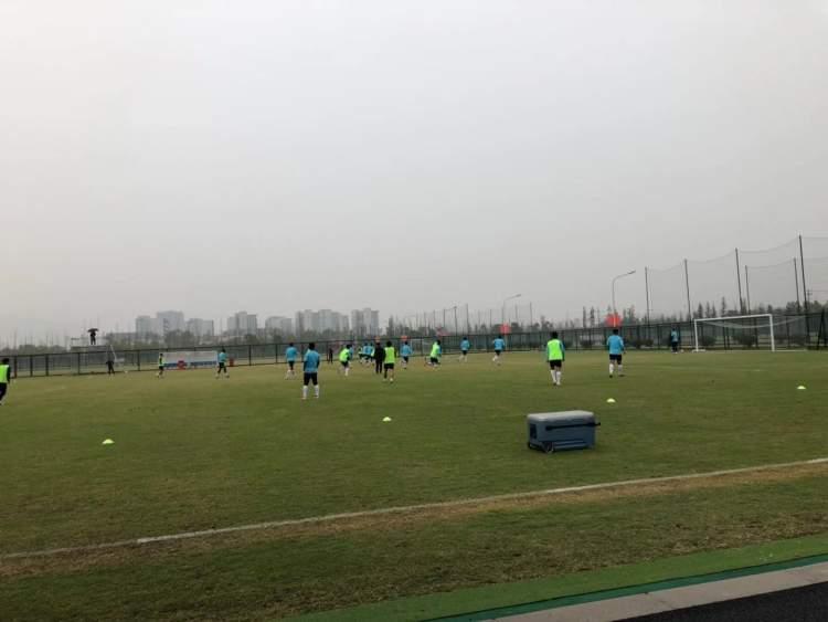 """申花备战教练组亲上场踢对抗赛 崔康熙被喊""""黑哨"""""""