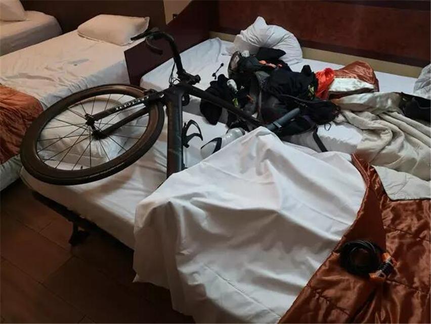 原创 英国三小哥自行车助力慈善,遭遇一路囧途,所幸网友的支持很给力