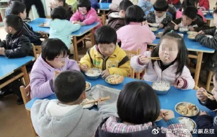 神吐槽:幼儿园吃饭慢要去厕所吃,教育局却说是孩子自愿