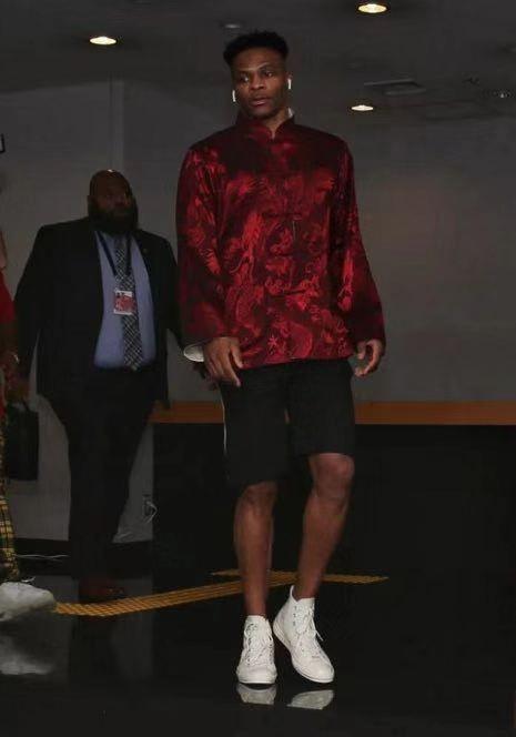 NBA特立独行的穿搭:威少穿XXXXXL大衣,邓肯凉鞋+衬衫像老大爷