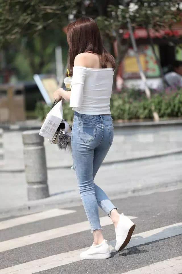 街拍美女:穿着紧身牛仔裤的小姐姐,看起来可真棒插图