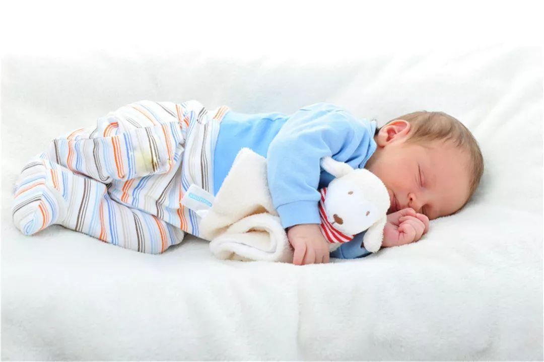 儿科专家表示,引起宝宝睡觉时打呼的原因很多,如睡眠姿势等,有的则是因为宝宝生病了引起打呼.