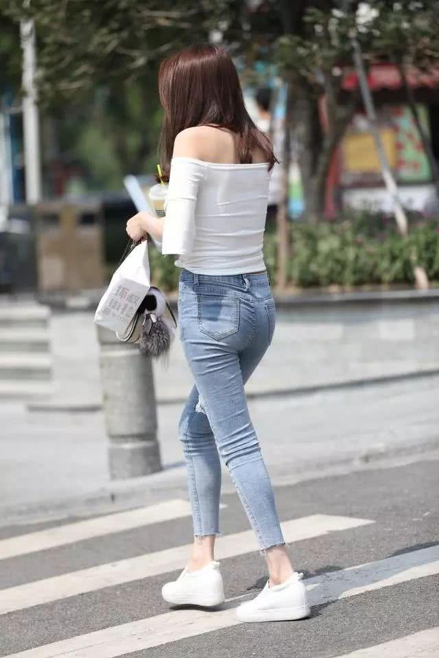 街拍美女:穿着紧身牛仔裤的小姐姐,看起来可真棒插图(6)