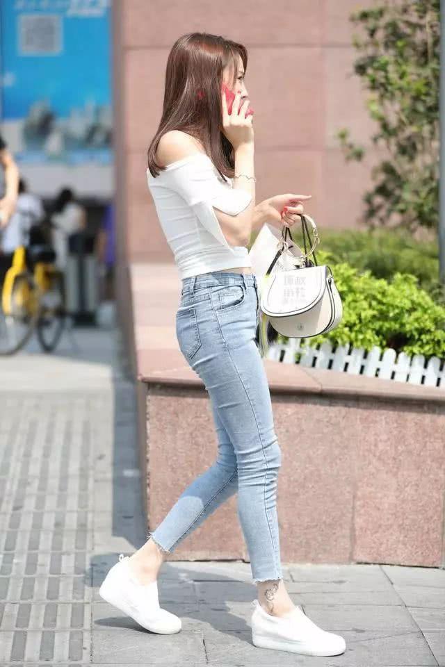 街拍美女:穿着紧身牛仔裤的小姐姐,看起来可真棒插图(5)