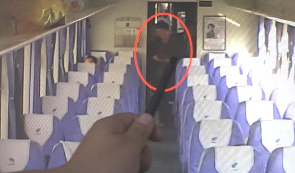 """男子趁人离开多次盗窃 列车""""天眼""""记录全过程"""