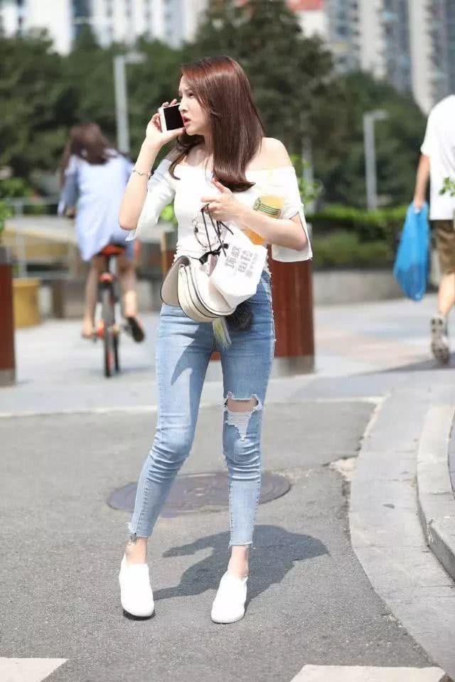 街拍美女:穿着紧身牛仔裤的小姐姐,看起来可真棒插图(1)