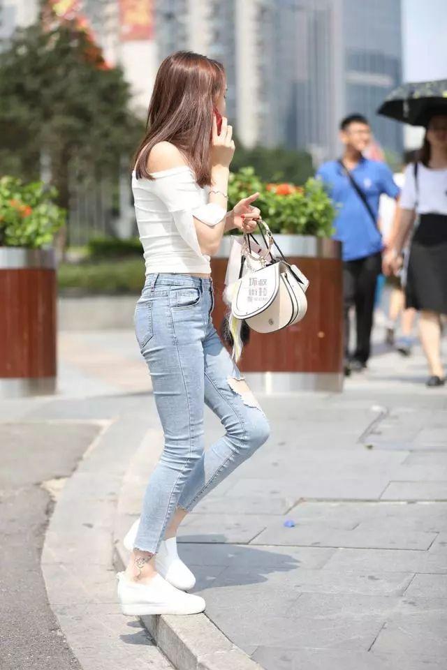 街拍美女:穿着紧身牛仔裤的小姐姐,看起来可真棒插图(4)
