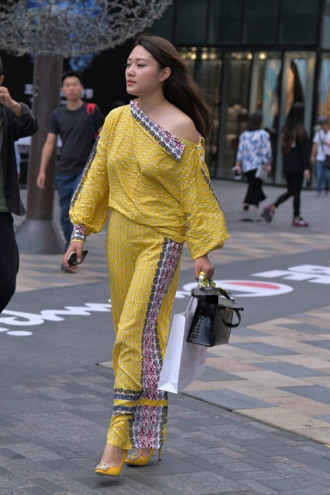 """街拍美女:一身""""枫叶黄""""现身街头,展示感性好身材,时尚有魅力插图"""