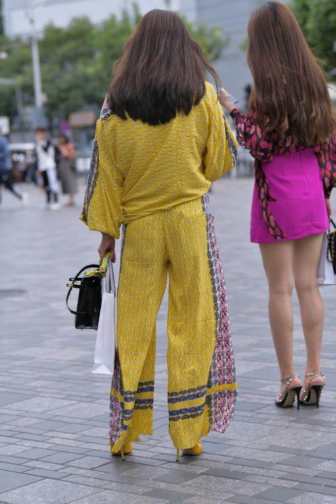 """街拍美女:一身""""枫叶黄""""现身街头,展示感性好身材,时尚有魅力插图(2)"""