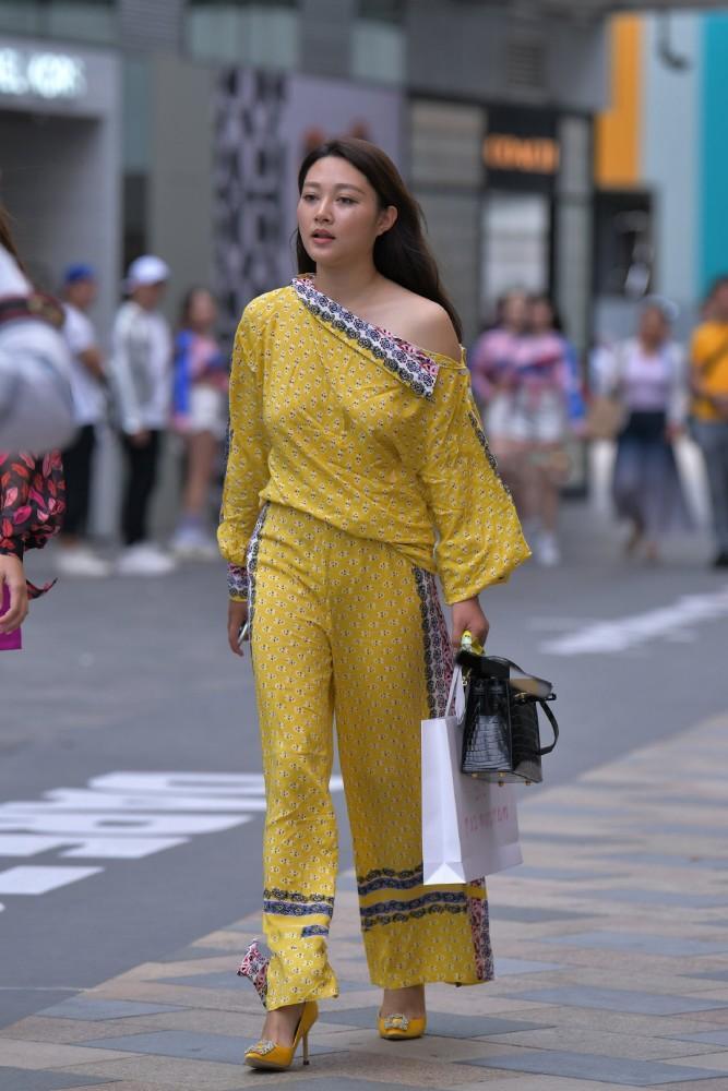 """街拍美女:一身""""枫叶黄""""现身街头,展示感性好身材,时尚有魅力插图(3)"""