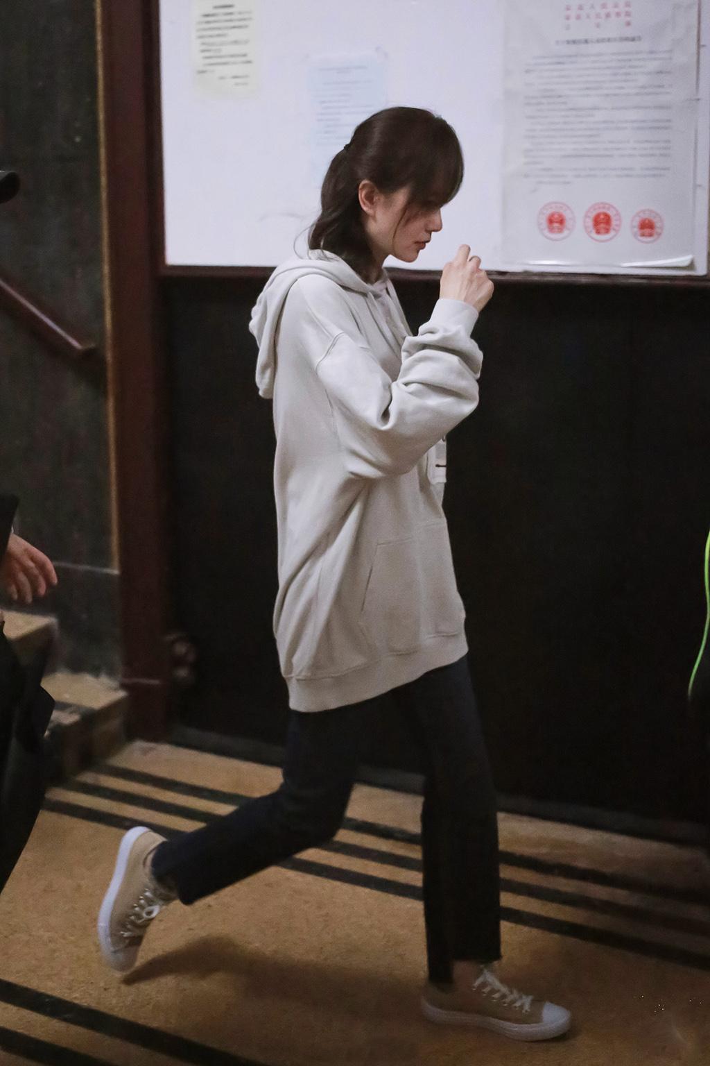原创             刘诗诗产后状态大好,秀蚂蚁腰、筷子腿,穿搭风格更胜从前!