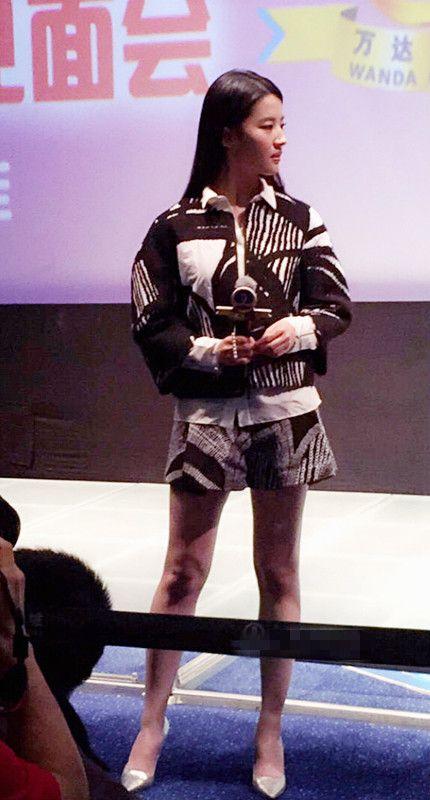 原创             刘亦菲穿一身毫无时尚感的牛仔装现身,凭高颜值硬撑起了大气场!