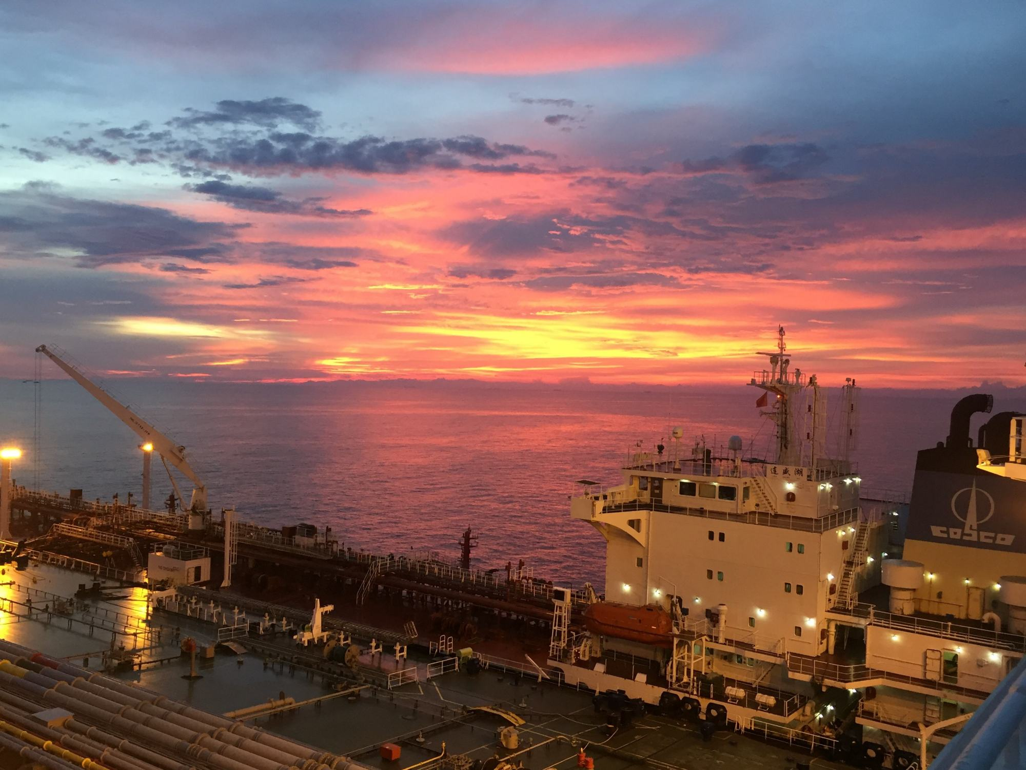 一艘从中东波斯湾_美国关注伊朗货轮回国,碰到一艘万吨巡洋舰,对美国压力不小 ...