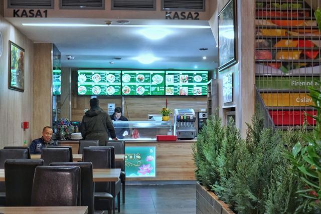 原创             印度素食馆开满中欧小国街头 风格各异 一问 老板不是印度人