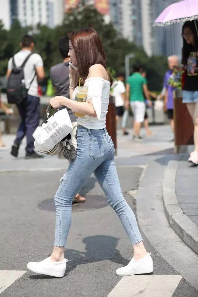 街拍美女:穿着紧身牛仔裤的小姐姐,看起来可真棒插图(7)
