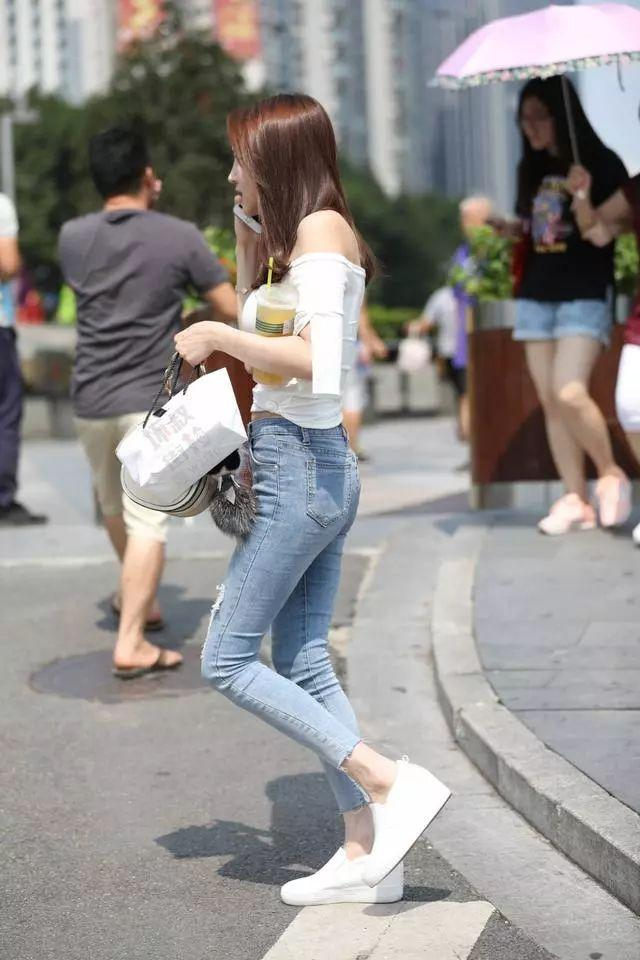 街拍美女:穿着紧身牛仔裤的小姐姐,看起来可真棒插图(3)