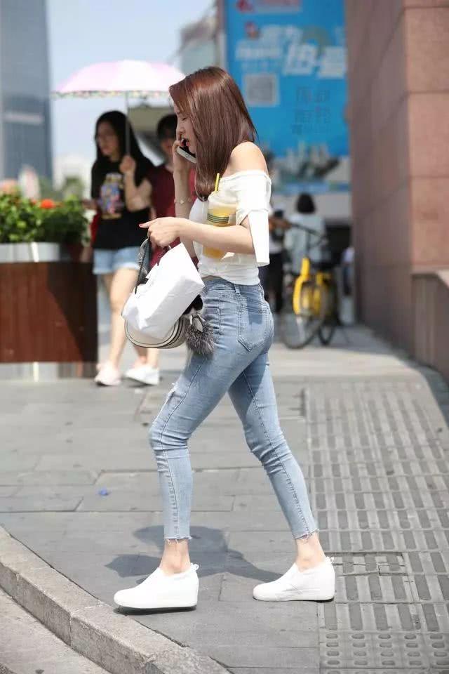 街拍美女:穿着紧身牛仔裤的小姐姐,看起来可真棒插图(2)