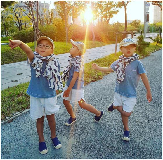 宋家三胞胎近照,穿着一样表情搞怪,稚嫩字迹让人忍俊不禁