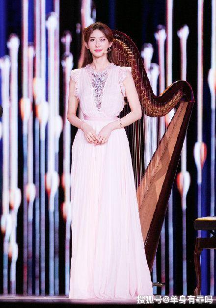 """林志玲亮相米兰街头,蕾丝""""睡裙""""穿出时尚感,173身材看服了!"""