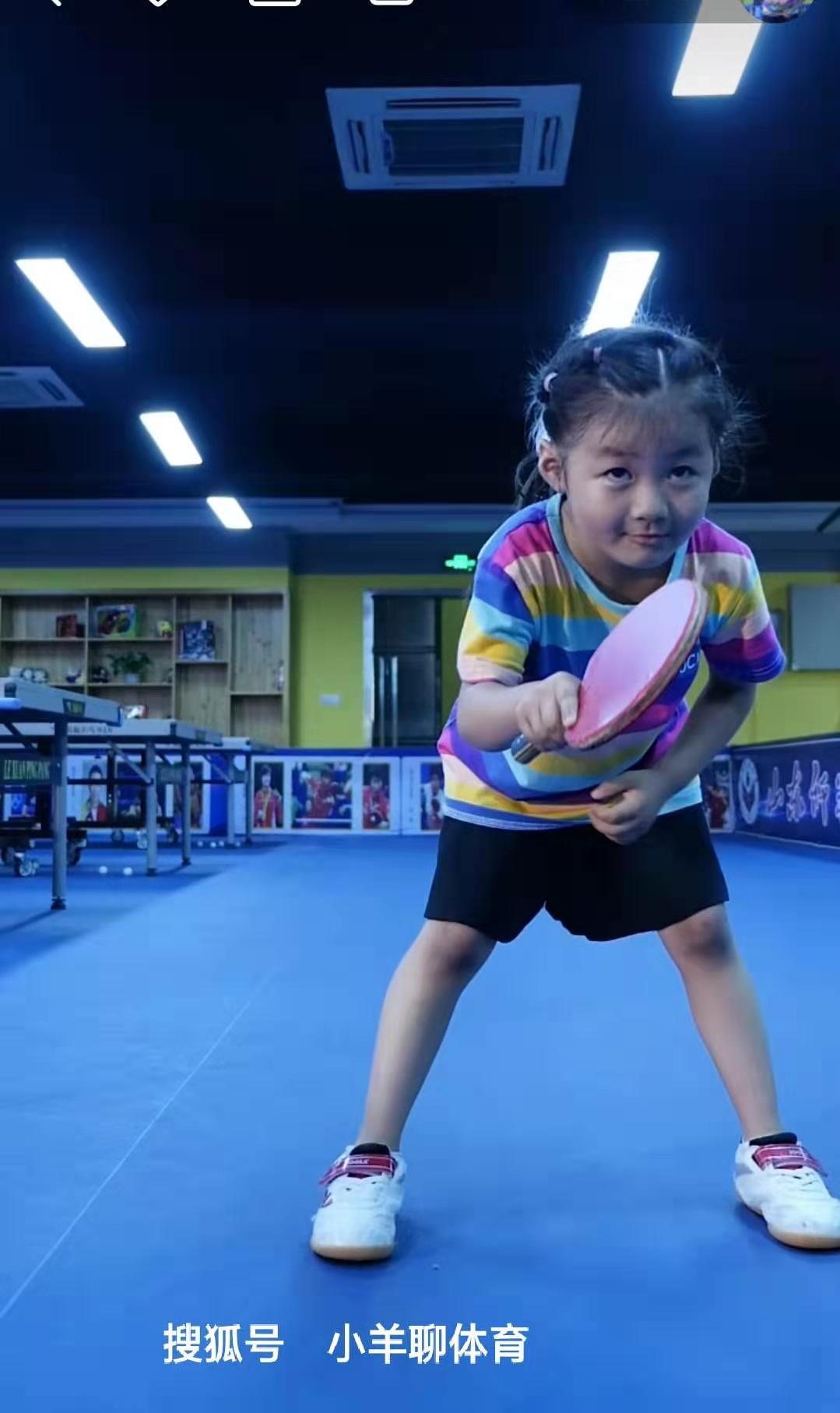 """乒乓娇子:5岁李依依打乒乓球,网友:一看就是世界冠军的苗子"""""""