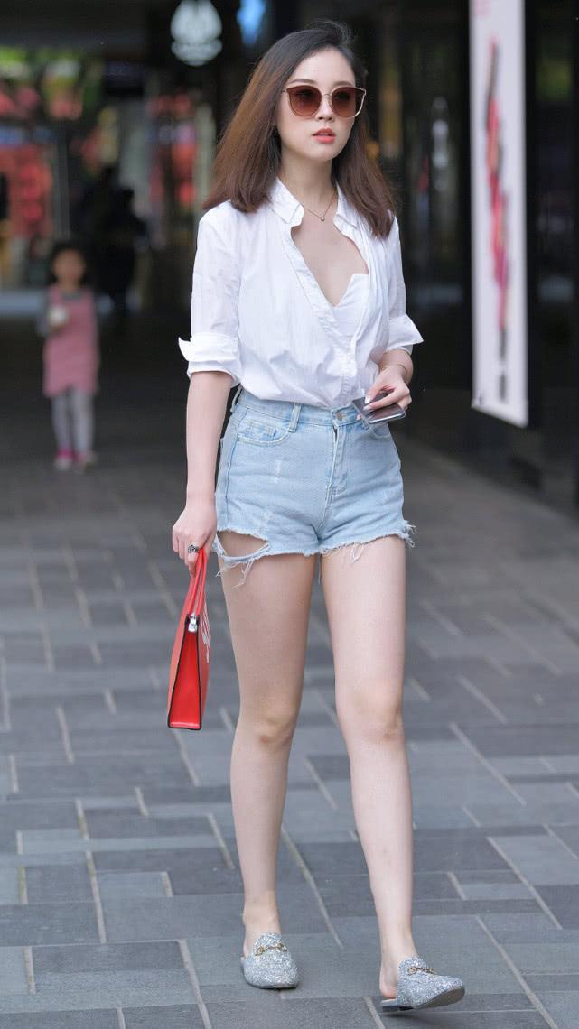 街拍:白衬衫搭配浅蓝色牛仔短裤,休闲舒适彰显现代女性的自然美插图(4)