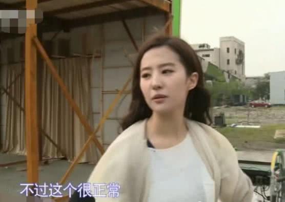 刘亦菲对着镜头弹额头上的灰,看到她的高颜值,网友:我心动了