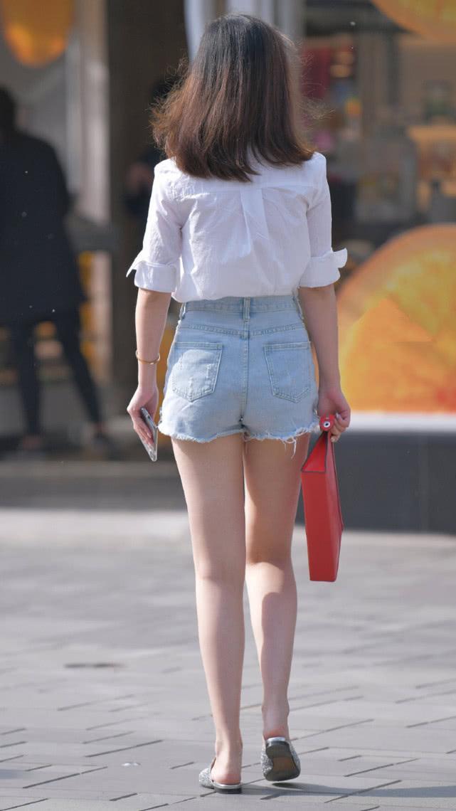 街拍:白衬衫搭配浅蓝色牛仔短裤,休闲舒适彰显现代女性的自然美插图(2)