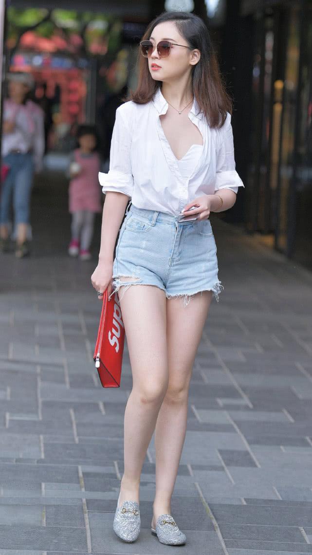 街拍:白衬衫搭配浅蓝色牛仔短裤,休闲舒适彰显现代女性的自然美插图(1)