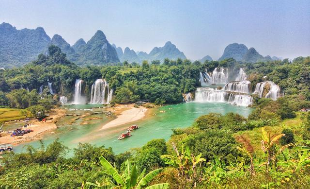 国庆黄金周,我在广西用越南的网络发了一张图:德天瀑布