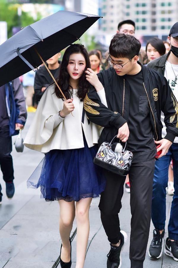 街拍:美女撑一把遮阳伞,秒变时尚达人,让人佩服