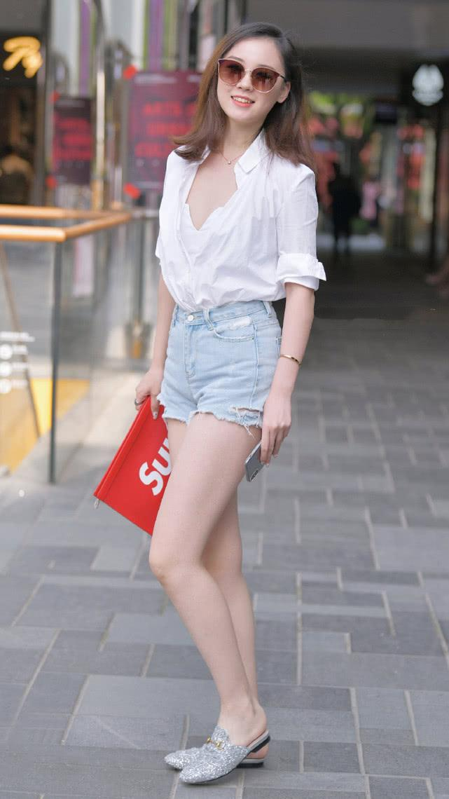 街拍:白衬衫搭配浅蓝色牛仔短裤,休闲舒适彰显现代女性的自然美插图(3)