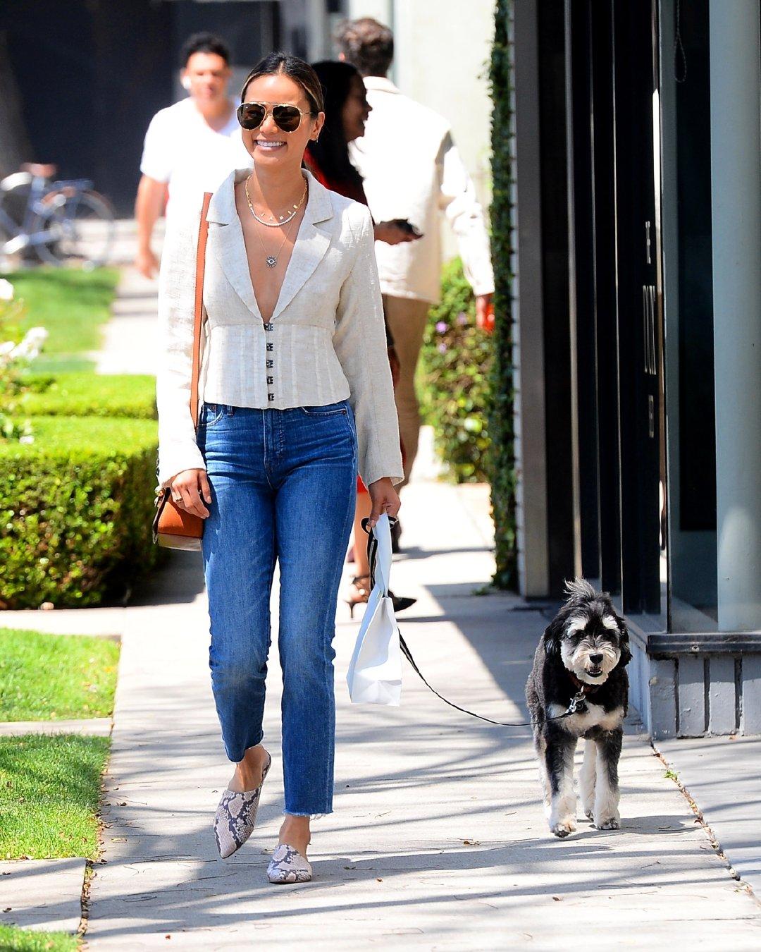 原创             海莉 ·比伯、索菲·特纳…盘点那些遛狗也fashion的欧美明星