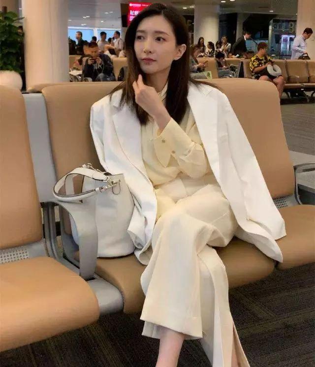 原创             女星穿白西装有多好看?江疏影洒脱,刘亦菲更具高冷范