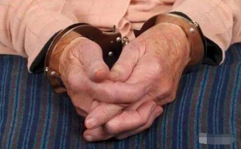 海南98岁老人判刑15年,怀疑妻子下毒故持刀先下手?真相其实不然
